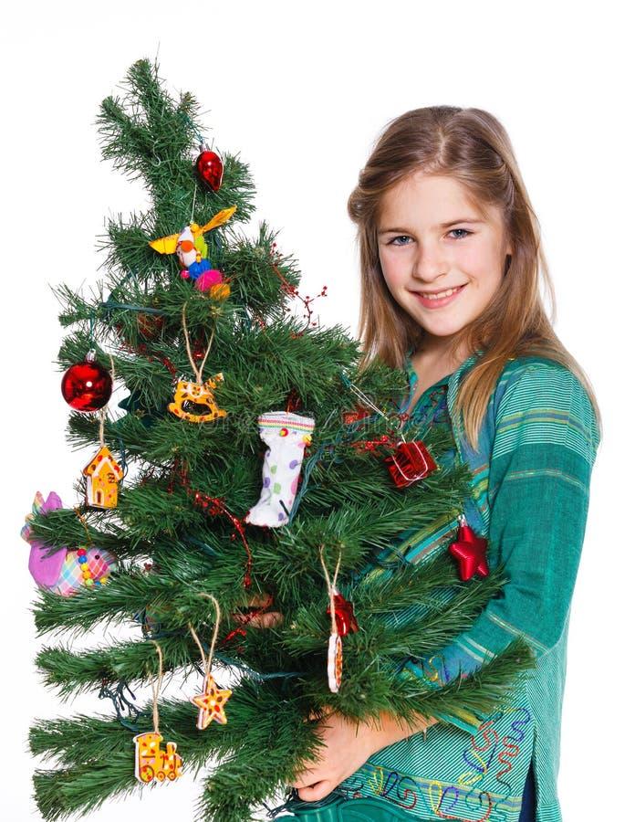 Ragazza che decora l'albero di Natale. fotografie stock