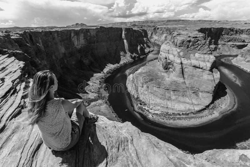 Ragazza che domina il paesaggio di Horse Shoe Bend, Arizona, Stati Uniti fotografie stock