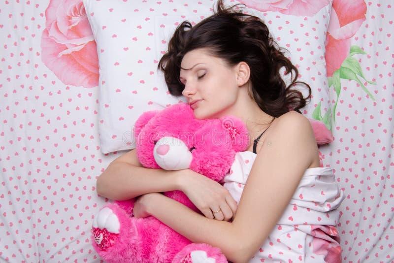 Ragazza che dorme con l'orsacchiotto fotografie stock libere da diritti