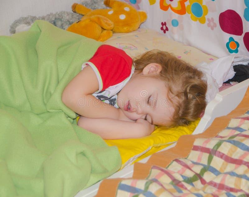 ragazza che dorme in sua greppia fotografia stock