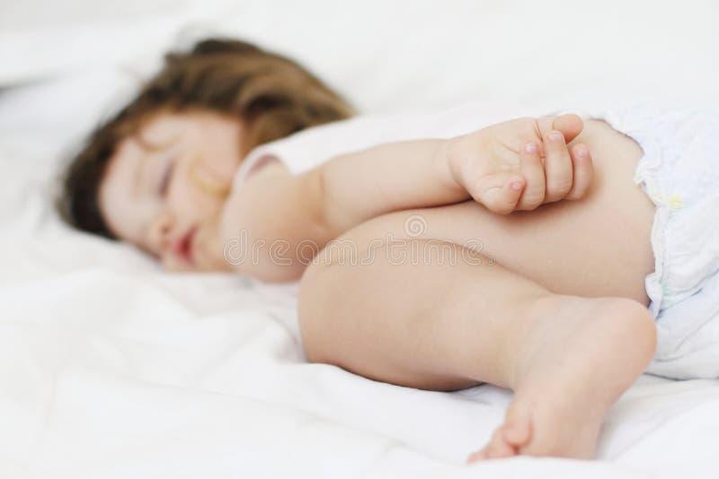 Ragazza che dorme in una base fotografia stock libera da diritti