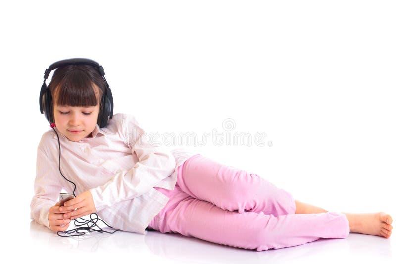 Ragazza che elenca alla musica su IPod immagini stock libere da diritti