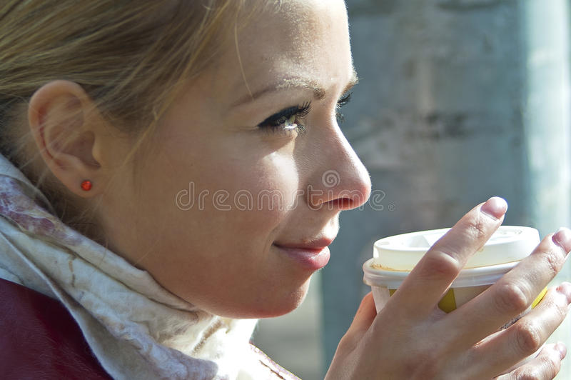 Ragazza che enjoing un caffè fotografia stock libera da diritti