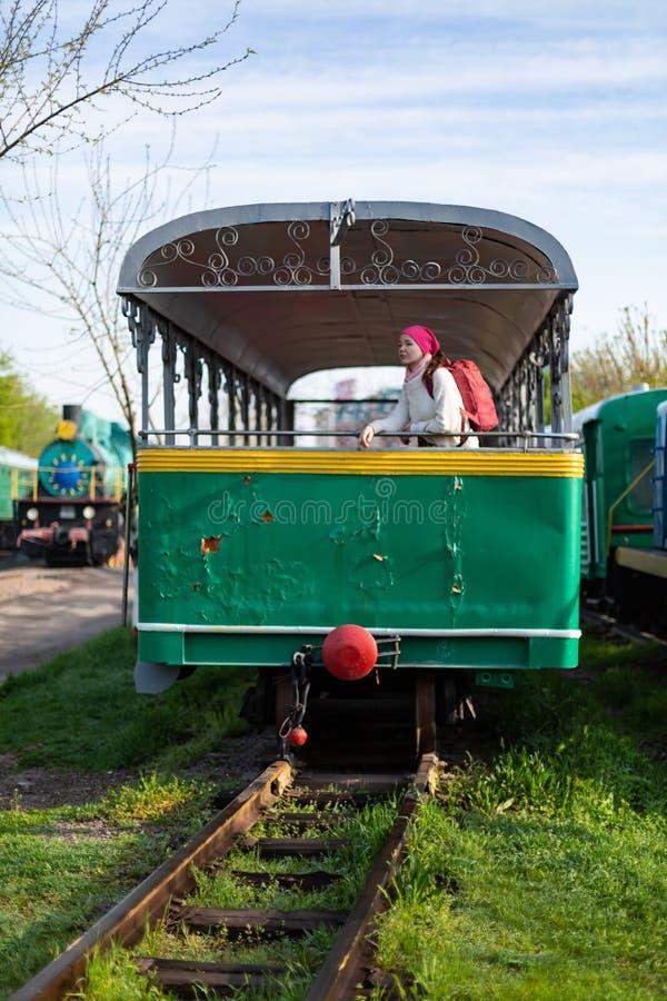Ragazza che equilibra sulla ferrovia del treno Giovane donna attraente che cammina all'aperto fotografia stock