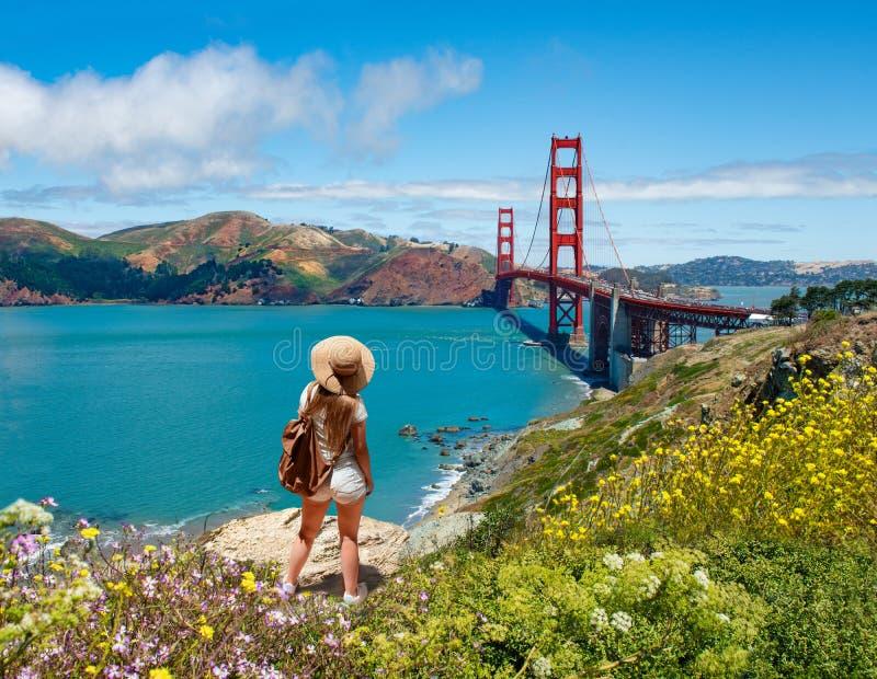 Ragazza che esamina il paesaggio costiero di bella estate, sull'escursione del viaggio immagine stock libera da diritti
