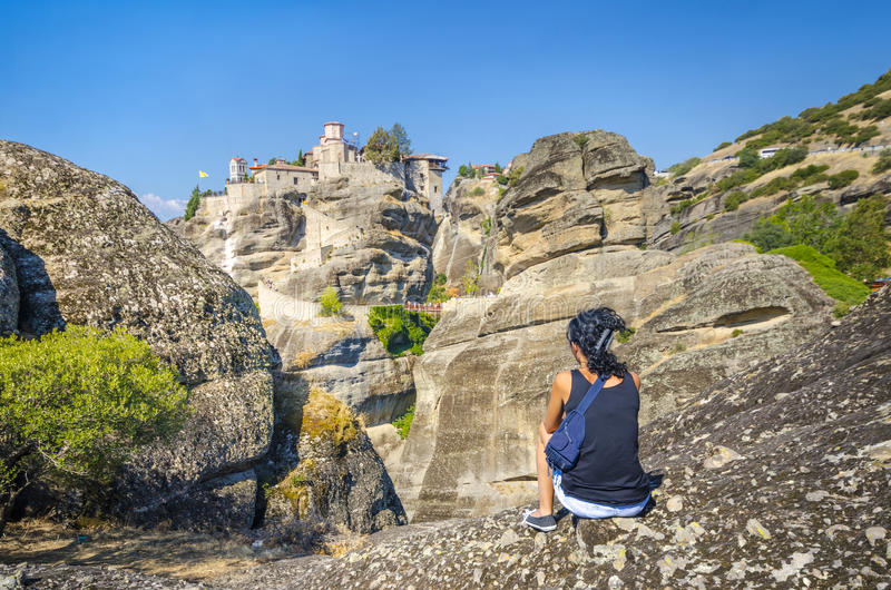 Ragazza che esamina il vecchio monastero di Meteora fotografia stock libera da diritti