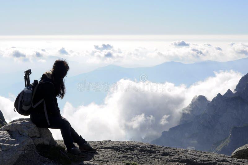 Ragazza che esamina le nubi fotografie stock libere da diritti