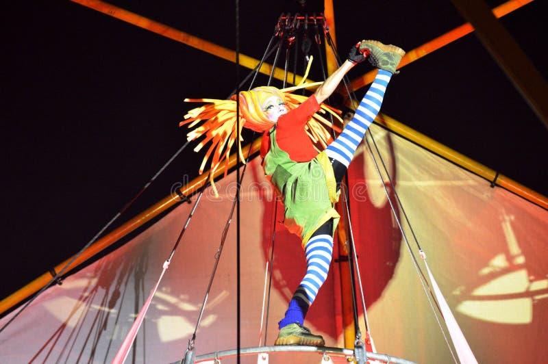 Ragazza che esegue al festival di notte di Singapore immagini stock