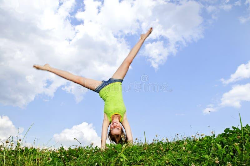 Ragazza che fa cartwheel fotografia stock libera da diritti