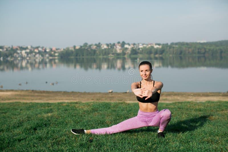 Ragazza che fa esercizio di forma fisica di yoga fotografia stock