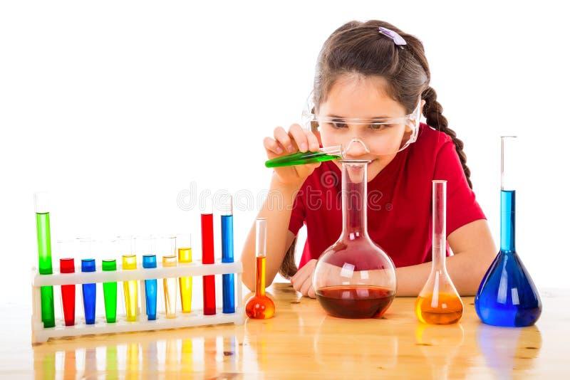 Ragazza che fa gli esperimenti chimici fotografia stock
