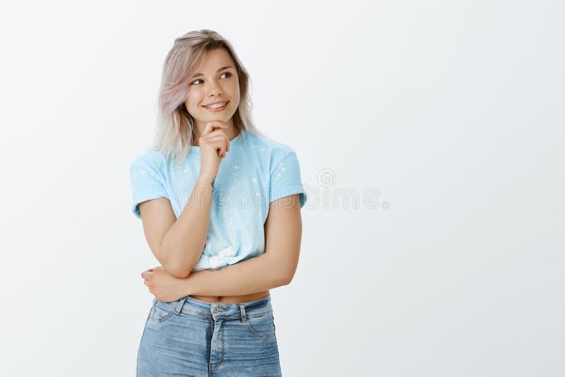 Ragazza che fa i piani per il viaggio futuro con il ragazzo Ritratto di bella donna atletica vaga con capelli biondi fotografia stock