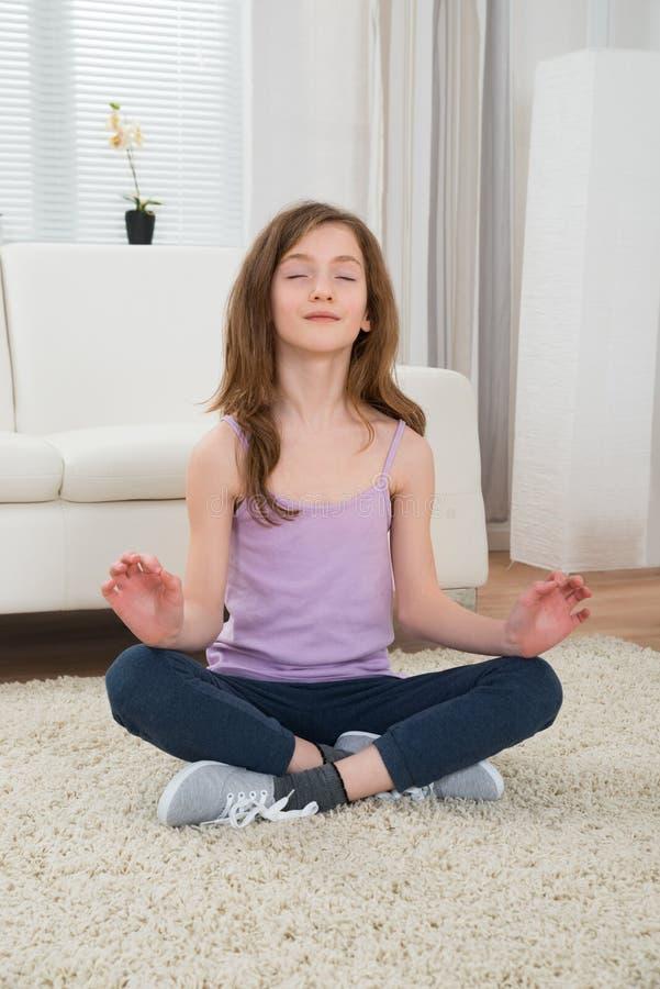 Ragazza che fa meditazione immagini stock libere da diritti