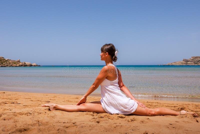 Ragazza che fa yoga immagine stock