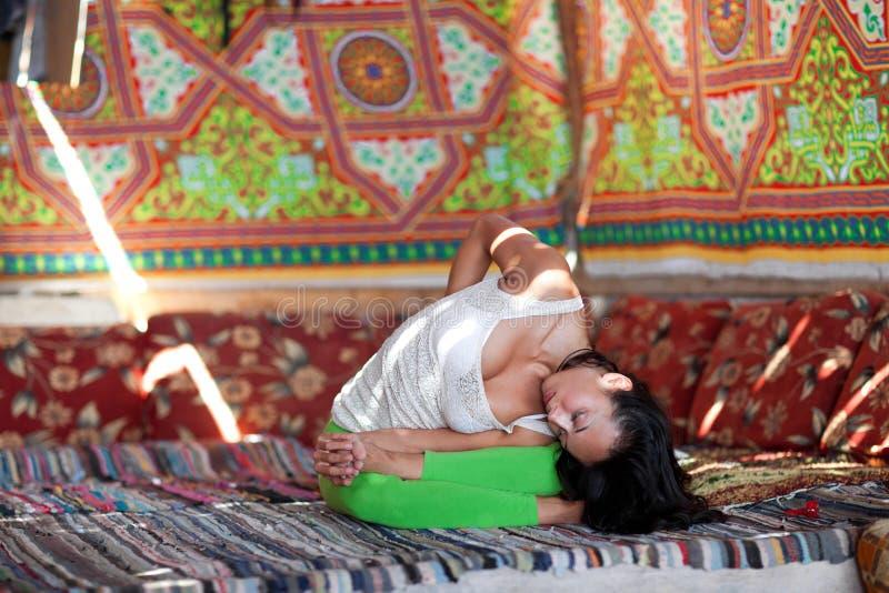 Ragazza che fa yoga all'interno immagini stock libere da diritti