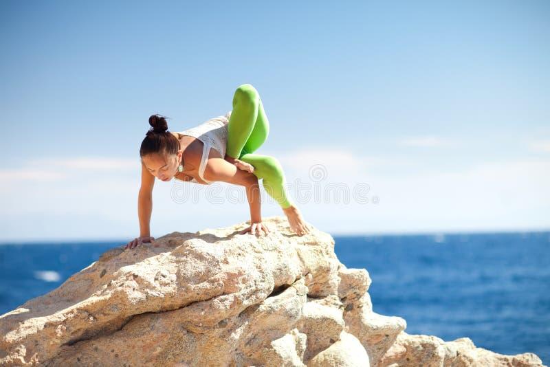 Ragazza che fa yoga sulla spiaggia immagini stock