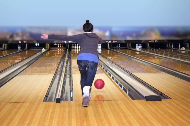 Ragazza che gioca bowling immagini stock