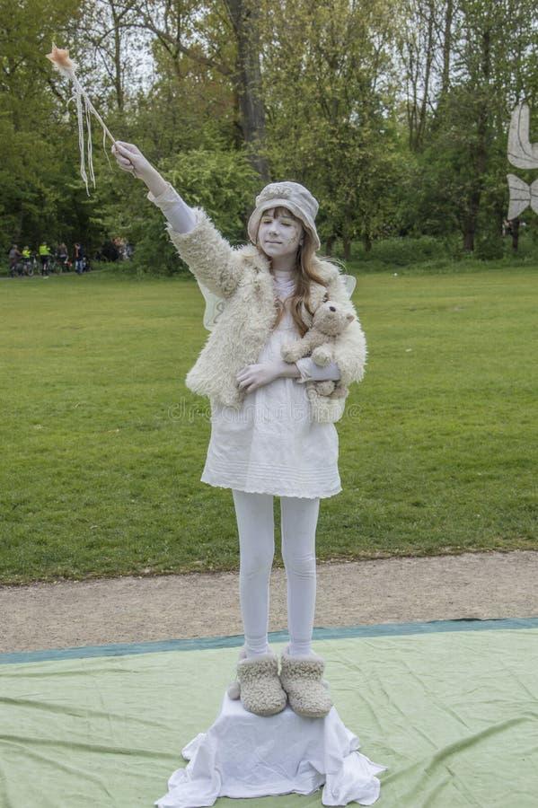 Ragazza che gioca come statua di vita al Vondelpark su Kingsday Amsterdam il 2018 olandese immagini stock