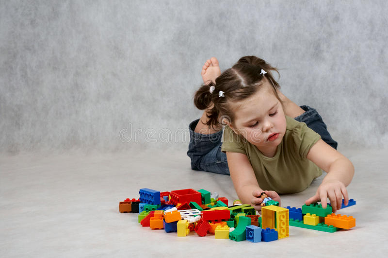 Ragazza che gioca con i giocattoli fotografia stock libera da diritti