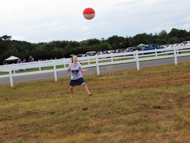 Ragazza che gioca con il beach ball fotografia stock libera da diritti