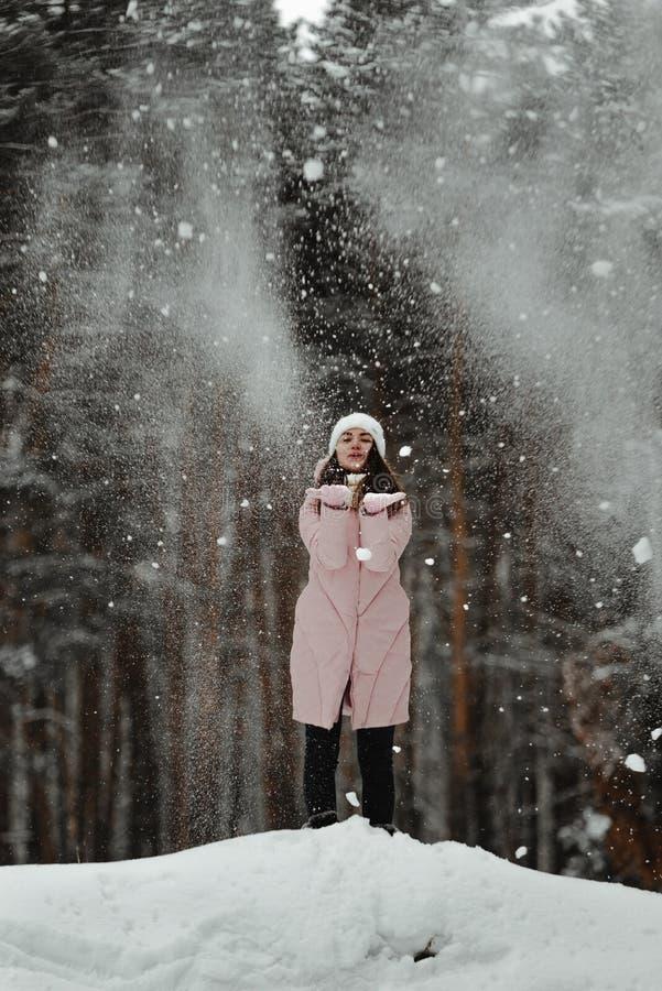 Ragazza che gioca con la neve in parco fotografie stock libere da diritti