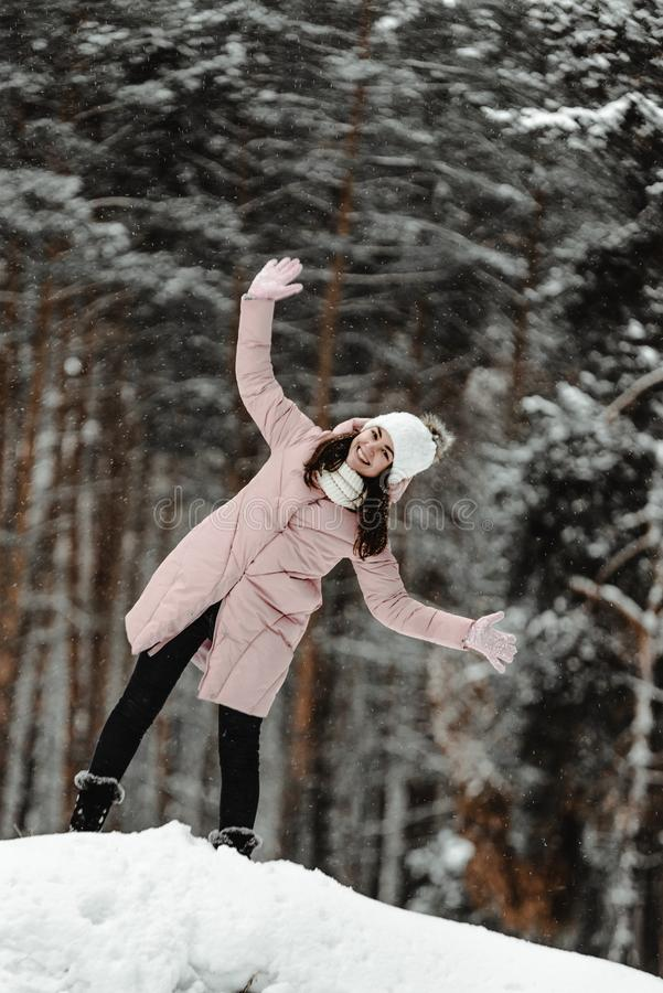 Ragazza che gioca con la neve in parco immagine stock libera da diritti