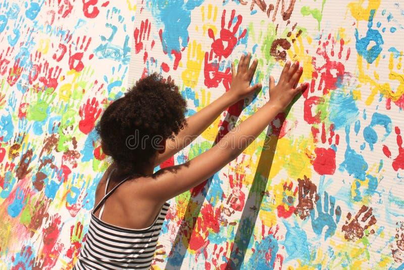 Ragazza che gioca con la vernice immagini stock libere da diritti