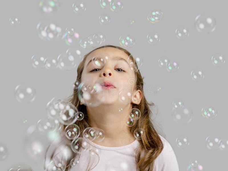 Ragazza che gioca con le bolle di sapone fotografie stock libere da diritti