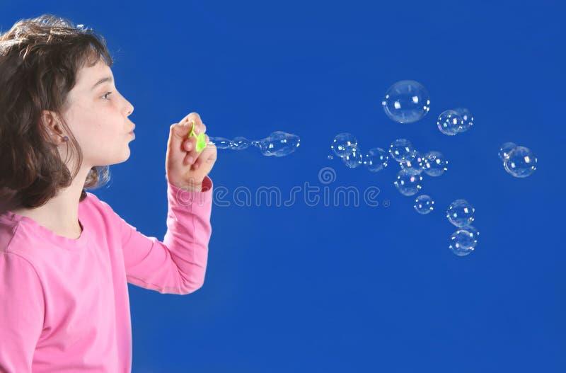 Ragazza che gioca con le bolle di sapone immagine stock libera da diritti