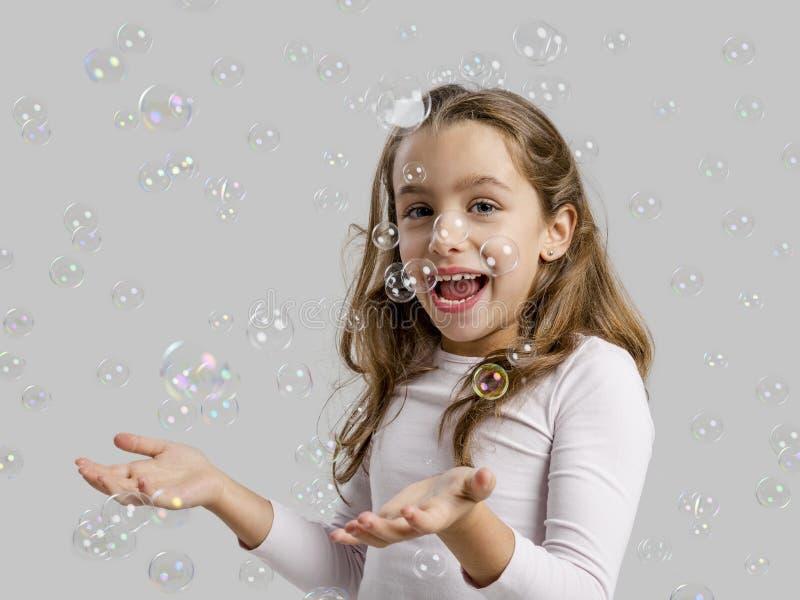 Ragazza che gioca con le bolle di sapone immagini stock libere da diritti