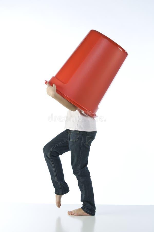 Ragazza che gioca con lo scomparto rosso fotografia stock libera da diritti