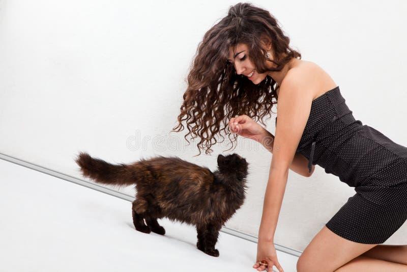 Ragazza che gioca con un gattino immagine stock libera da diritti