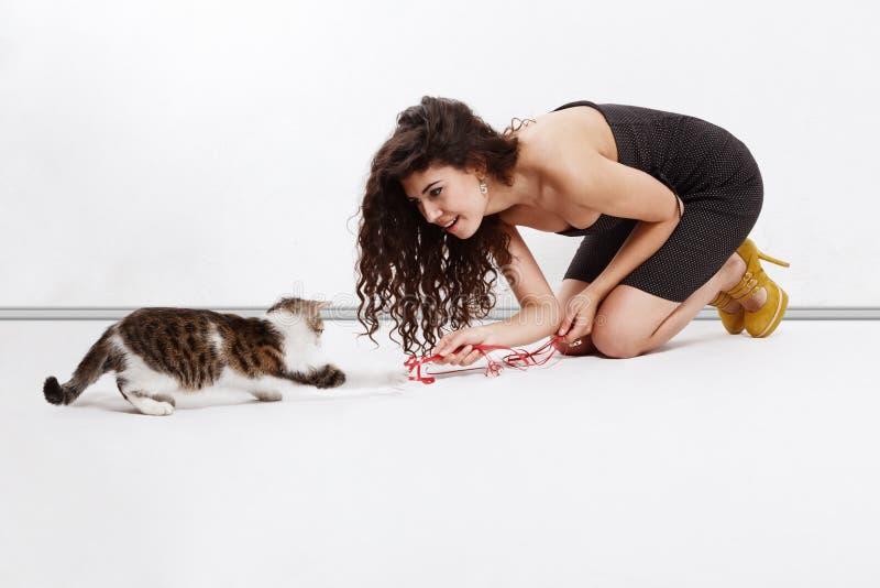 Ragazza che gioca con un gattino fotografie stock