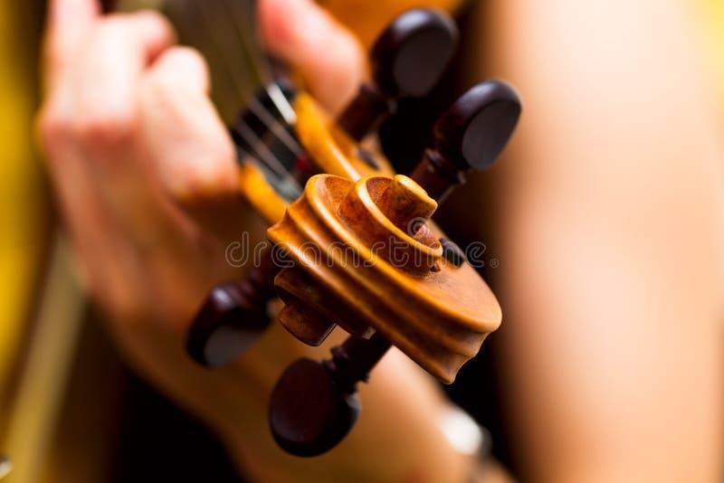 Ragazza che gioca il concerto di musica classica del violino immagine stock