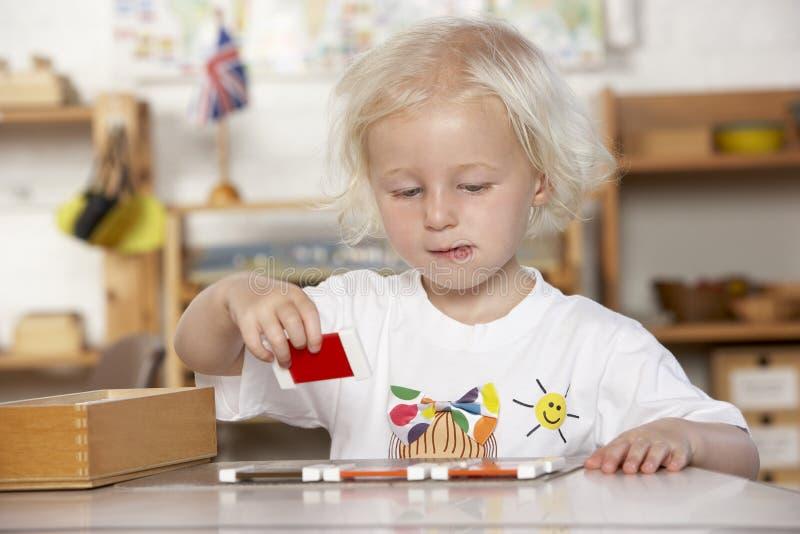 Ragazza che gioca a Montessori/addestramento preliminare immagine stock libera da diritti