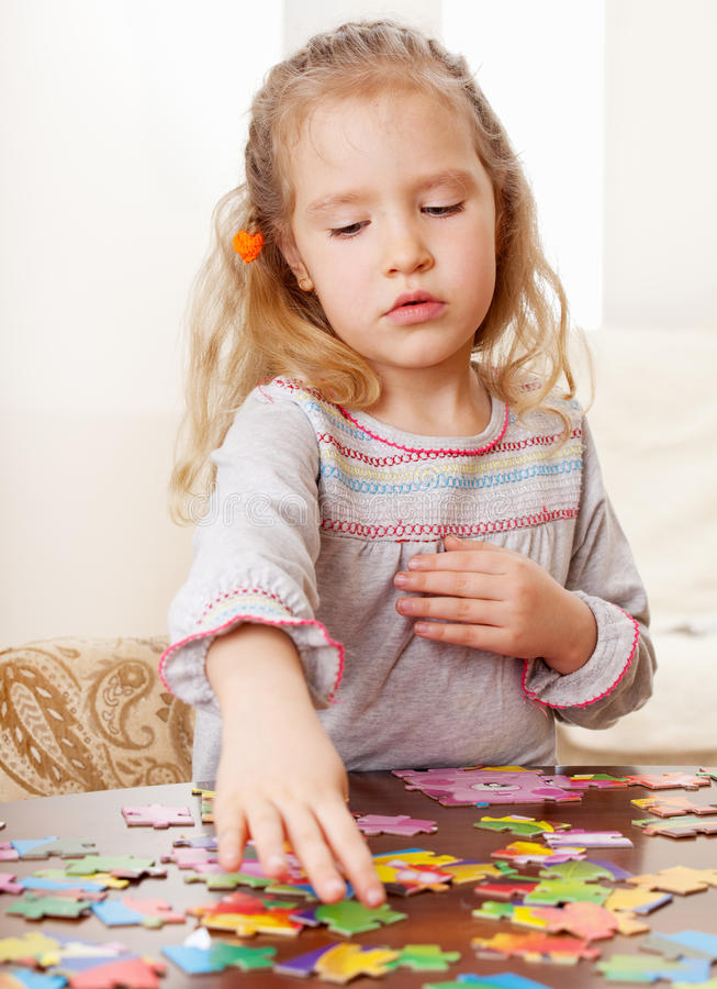 Ragazza che gioca puzzle fotografia stock