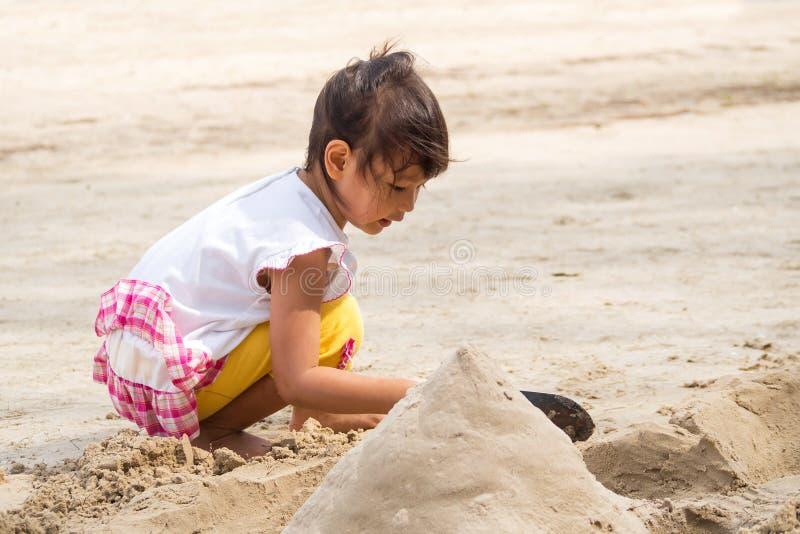 Ragazza che gioca sabbia immagine stock