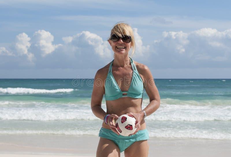 Ragazza che gioca sulla spiaggia fotografia stock