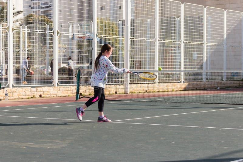 Ragazza che gioca a tennis sulla corte immagine stock libera da diritti