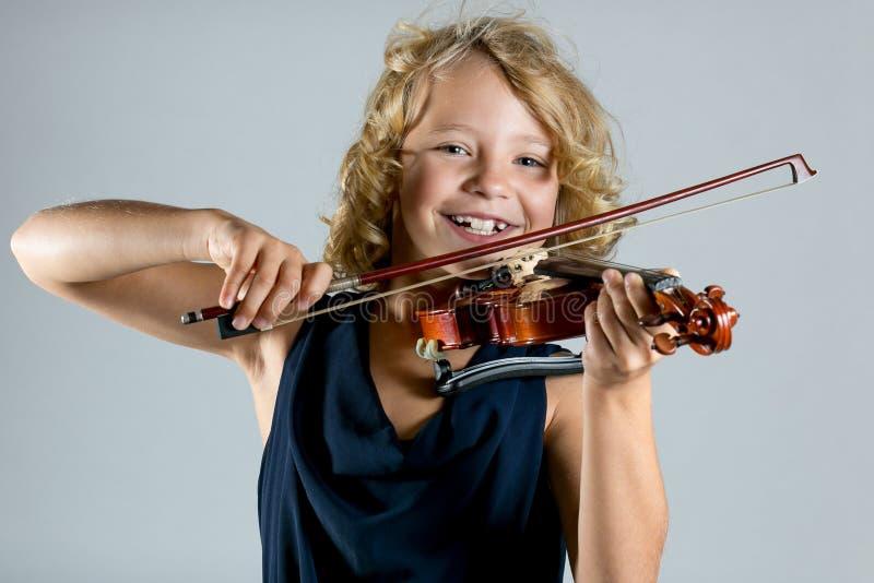 Ragazza che gioca un violino su bianco immagini stock