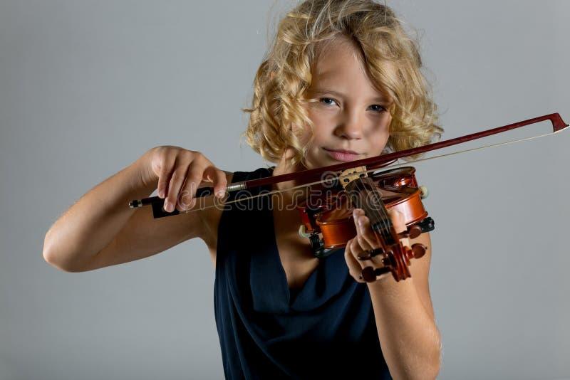 Ragazza che gioca un violino su bianco fotografie stock