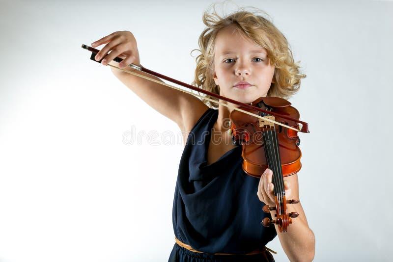 Ragazza che gioca un violino su bianco fotografia stock