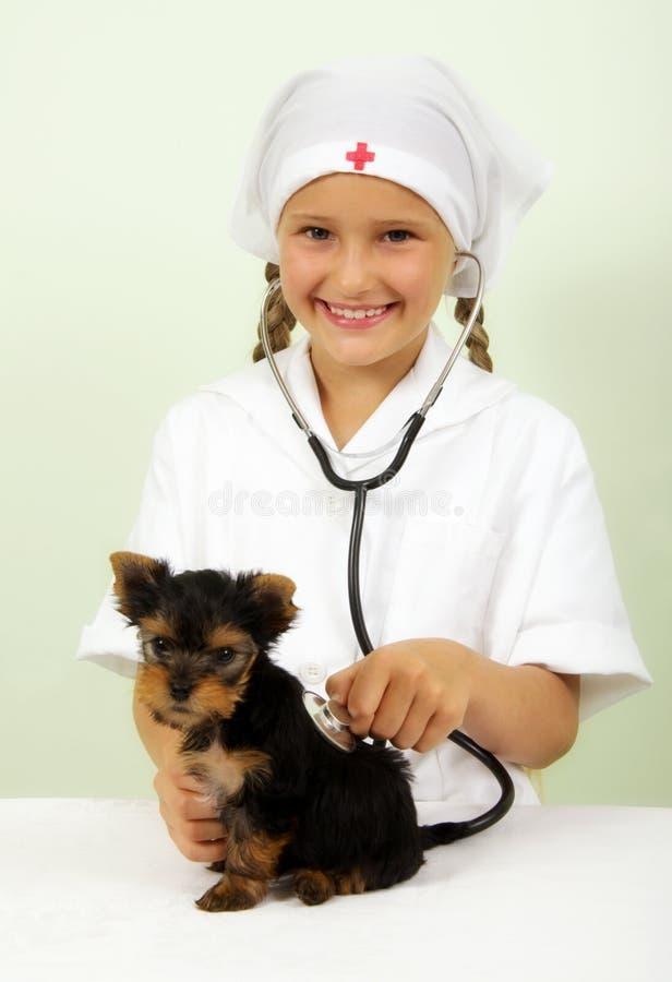 Ragazza che gioca veterinario immagine stock libera da diritti