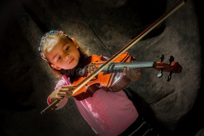 Ragazza che gioca violino fotografie stock libere da diritti