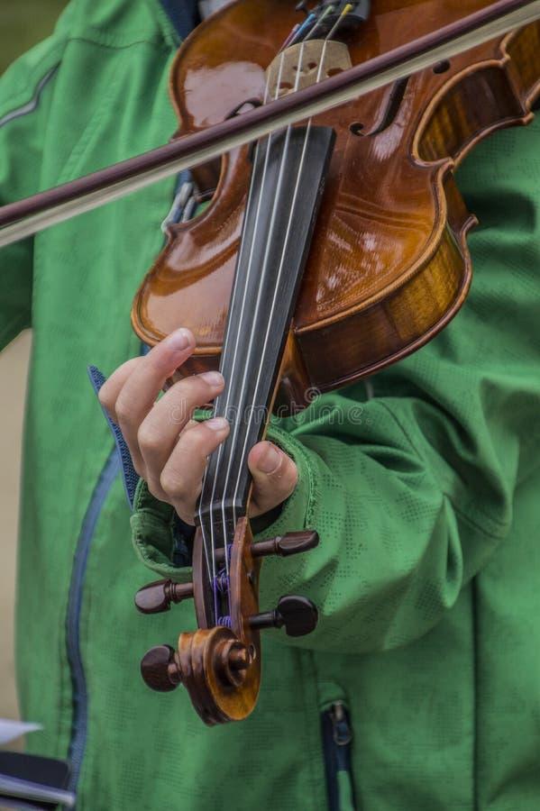Ragazza che gioca violino al Vondelpark su Kingsday Amsterdam il 2018 olandese immagine stock libera da diritti