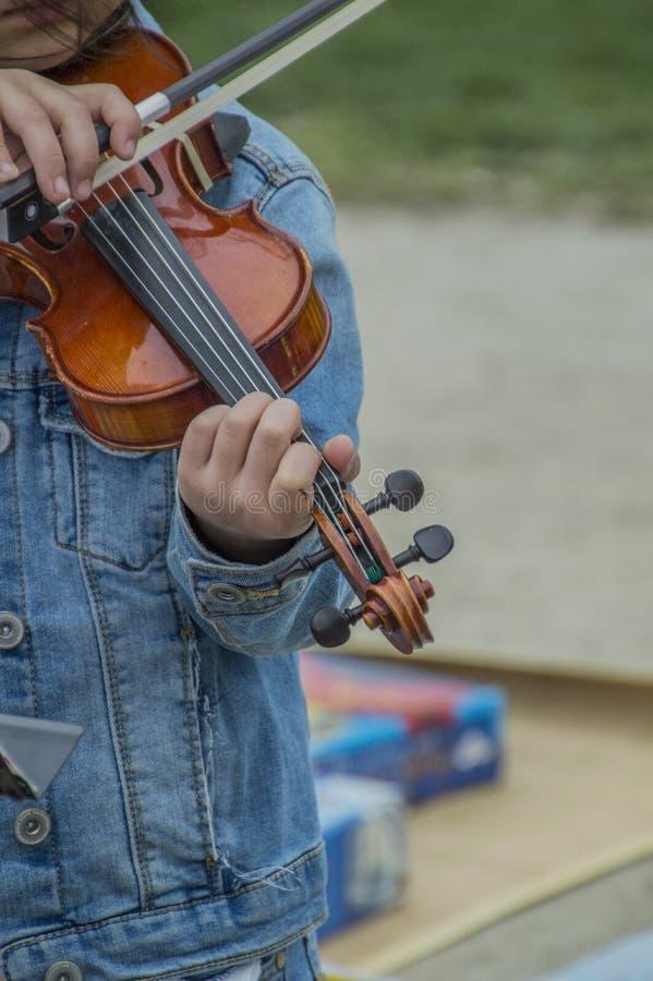 Ragazza che gioca violino al Vondelpark su Kingsday Amsterdam il 2018 olandese immagini stock libere da diritti