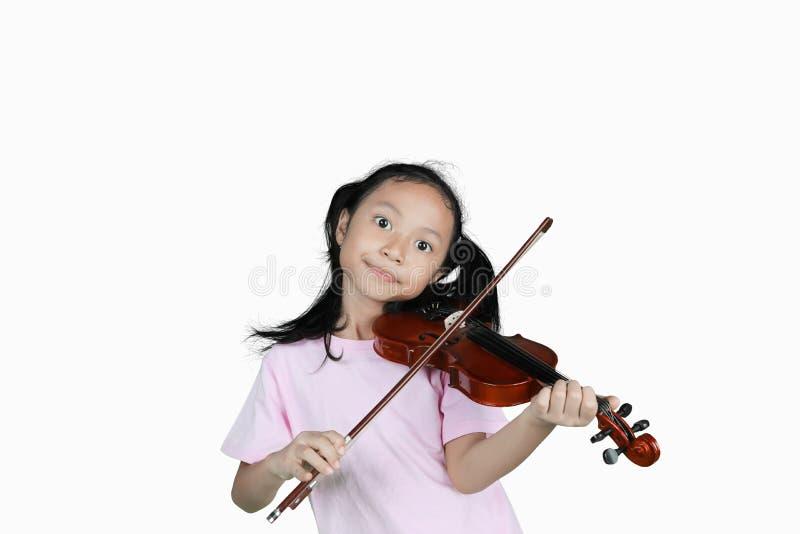 Ragazza che gioca violino nello studio fotografie stock