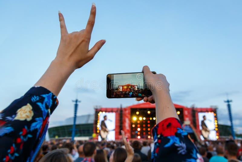 Ragazza che gode del concerto all'aperto di festival di musica fotografia stock libera da diritti