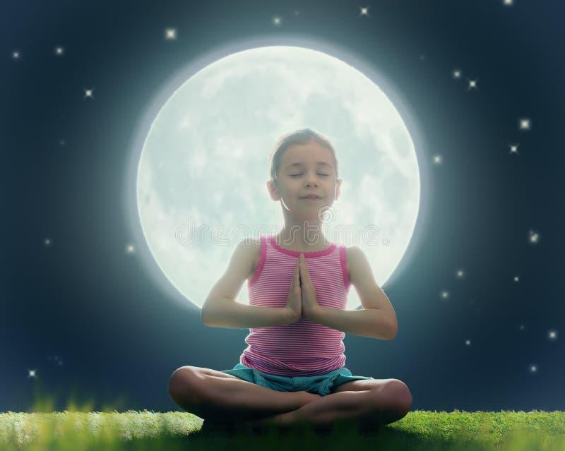 Ragazza che gode della meditazione e dell'yoga fotografia stock