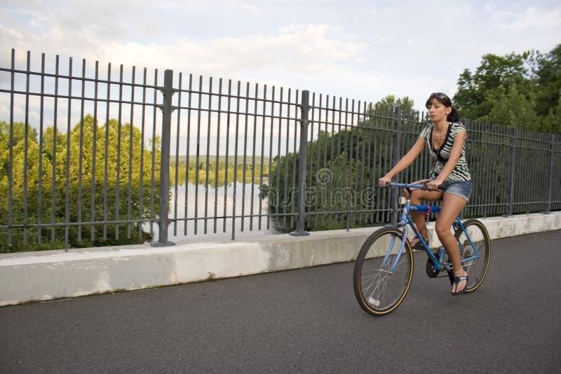 Ragazza che guida una bici immagini stock